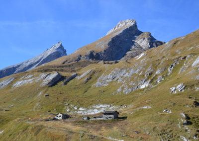 La cabane au pied du Bec Rond et la pointe du Revedin